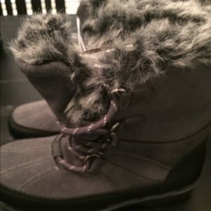 Women's short gray faux fur champion snow boot 8